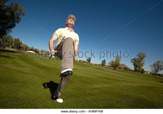 Mann brechen Golfclub in Hälfte Stockbild