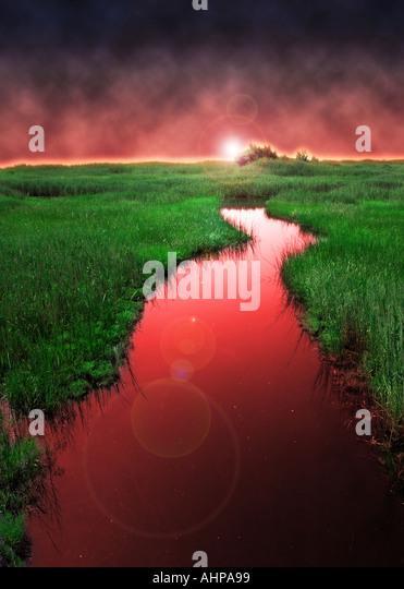 surreale Red-River in die grüne Landschaft mit einer Kurve Kurve im fließenden Wasser Stockbild