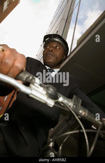 Unternehmer, die auf einem Mountainbike Stockbild