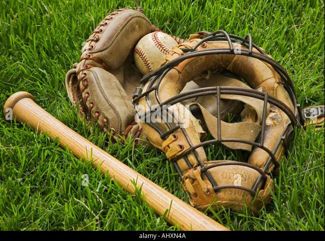 Altmodische Baseball-Ausrüstung in Rasen Stockbild