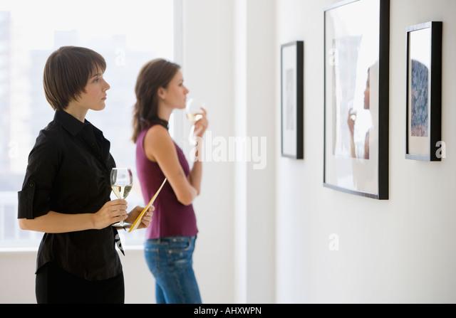 Zwei Frauen, die Kunstwerke in der Galerie zu betrachten Stockbild