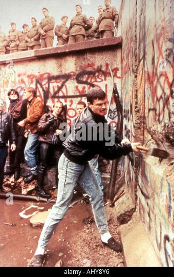 Berliner Mauer DDR Wachen zusehen, wie die Berliner Mauer im November 1989 zerstört wird Stockbild
