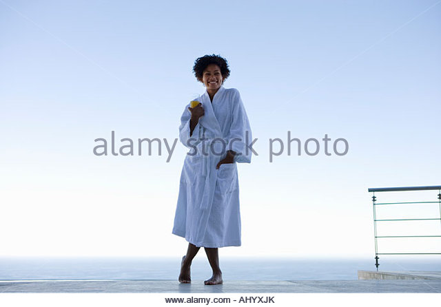 Junge Frau stand im Freien auf dem Seeweg, Lächeln, Porträt Stockbild