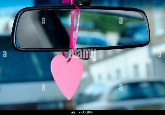 Ein Schmuckstück an einem Rückspiegel hängen Stockbild