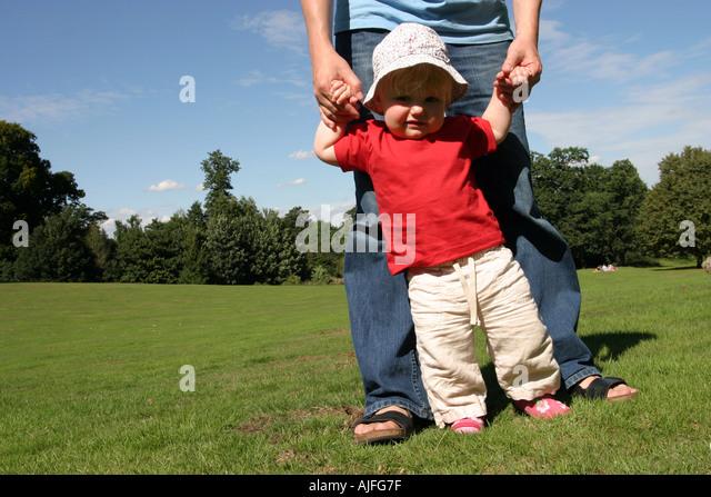 Kleinkind laufen lernen Stockbild