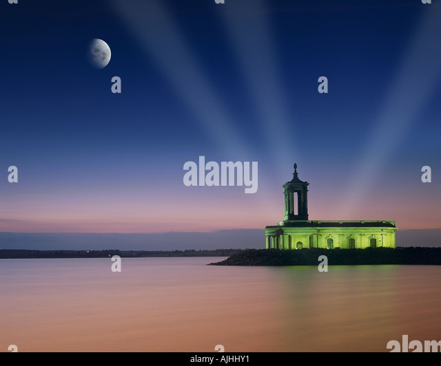GB - LEICESTERSHIRE: Moon over Normanton Kirche in Rutland Water Stockbild