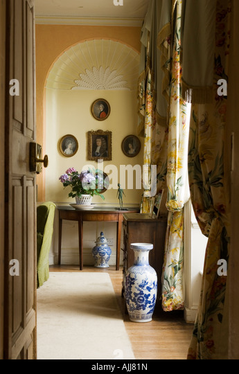 Blick durch die offene Tür ins Wohnzimmer mit gewölbten Alkoven in einem irischen Schloss 17. Jahrhundert Stockbild