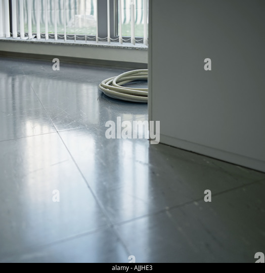 Gewendeltes Kabel am Boden Stockbild