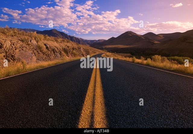 Straße durch Wildnis Stockbild