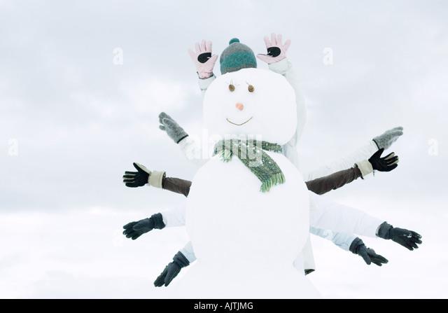Schneemann, mehrere Leute Arme von hinten Schwellen- Stockbild