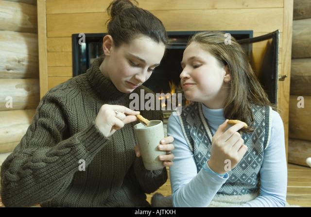 Teen Mädchen mit Snack Kamin Stockbild