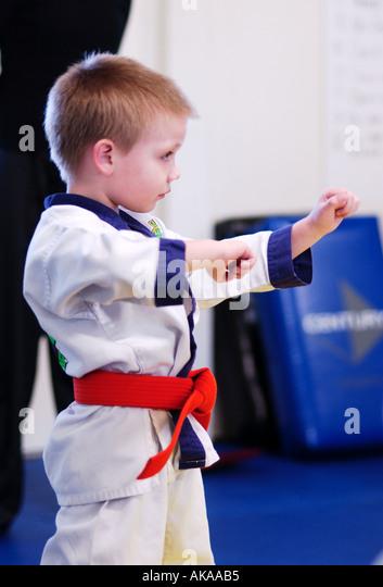 5 Jahre alten Jungen in Karate-Klasse Stockbild