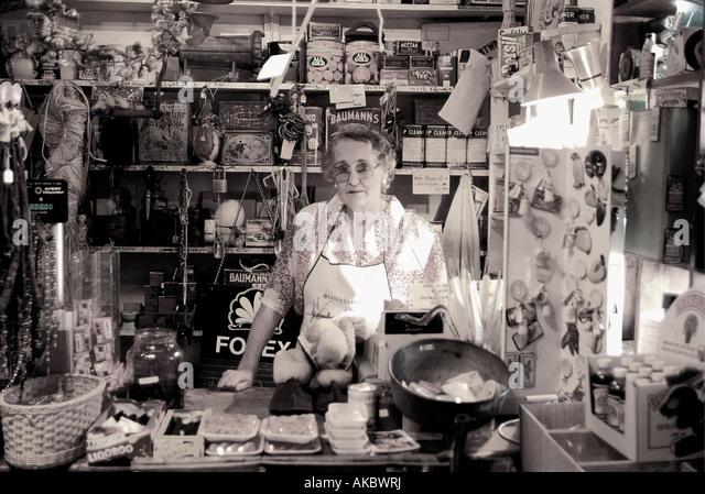 Weiße Dame an der Theke der Oom gleichen Se Winkel alte altmodischen Gemischtwarenladen in Stellenbosch West Stockbild
