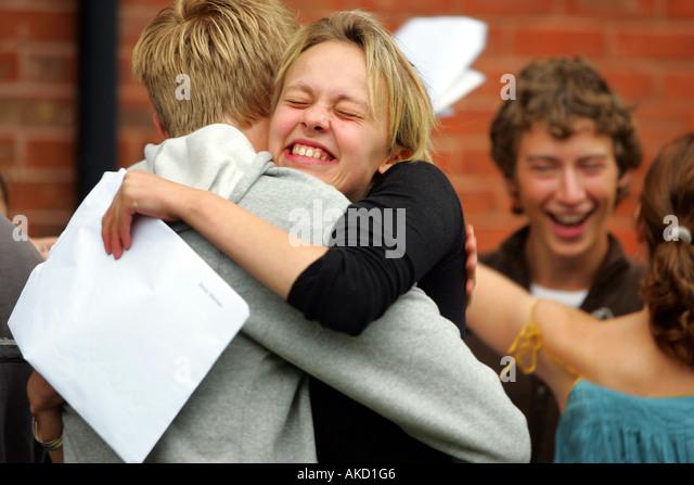 Schülerinnen und Schüler an der Colyton Grammar School in Devon UK erhalten ihre A-Level-Ergebnisse Stockbild