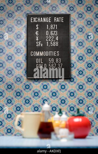 Brett an der Wand mit Tapete, Container und Becher, selektiven Fokus Handel Stockbild