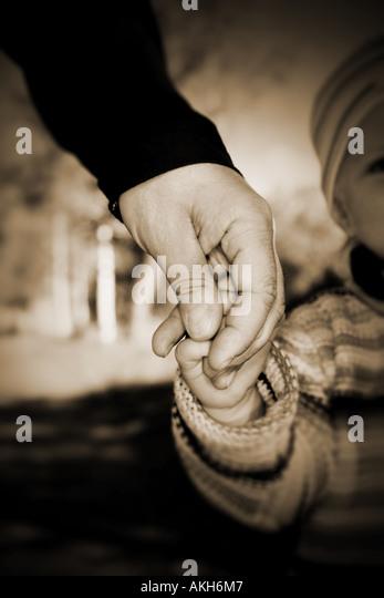 Führung durch die Welt haltende Hand eines Kindes zu leiten Stockbild