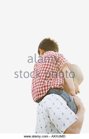 Schulter der Vater mit seinem Sohn Stockbild