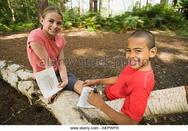 Jungen und Mädchen mit Zeichnungen Stockbild