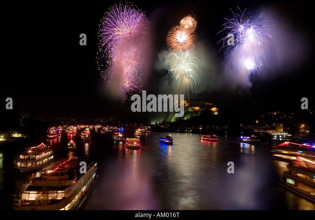 Die längste Schiff-Parade in Europa bleibt, während das Feuerwerk vor der Burg Ehrenbreitstein in Koblenz Stockbild
