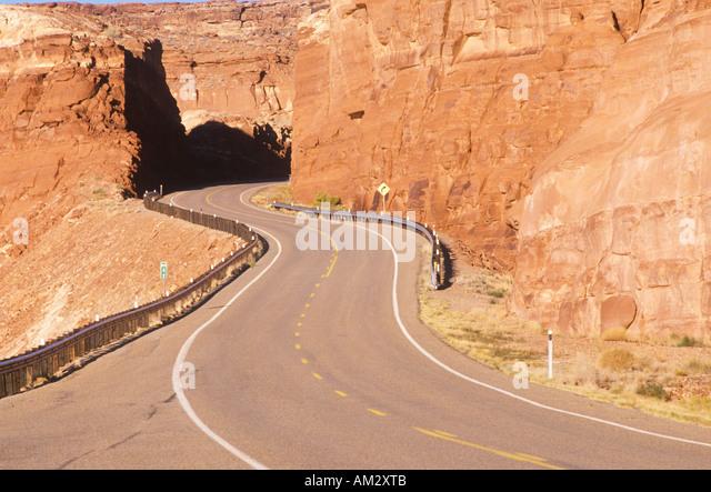 Eine kurvenreiche Straße Kurven durch rote Felsen in der Wüste Südwesten der USA Stockbild