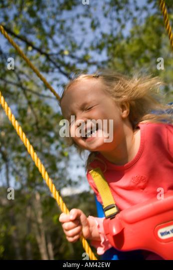 Junges Mädchen auf der Schaukel spielen Stockbild