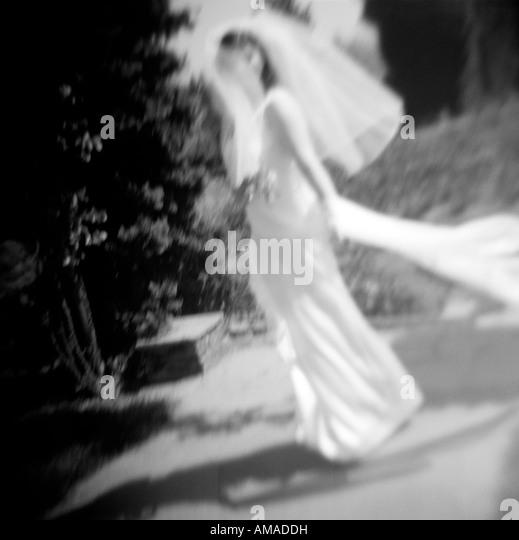 Verschwommen Braut im Garten Stockbild