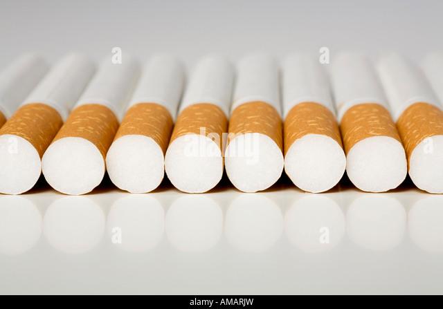Zigaretten in einer Reihe Stockbild