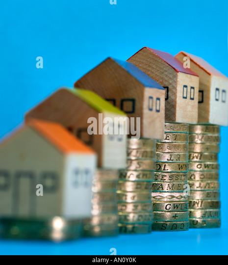 haufenweise Pfund-Münzen mit Spielzeug befindet sich an der Spitze zeigt Aufstieg und verliebt sich in den Stockbild