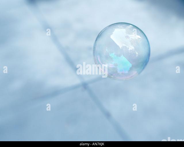 schwimmenden Blase aus Seife über x Muster gefertigt Stockbild