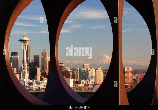 Seattle durch abstrakte Skulptur in Kerry Park gesehen Stockbild