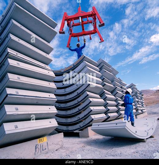 Arbeiter Stapeln Pre-Cast Stahl Stahlbeton Segmente verwendet, um einen Tunnel auf die Lesotho Highlands Water Project Stockbild
