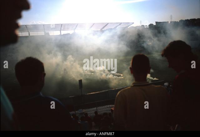 Rauchen Sie in einem Fußball Spiel, Prishtina-kosovo Stockbild