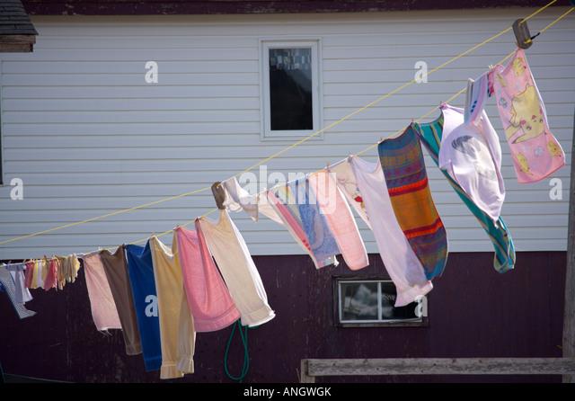 Die gute altmodische Art und Weise - auf einer Wäscheleine in der Conche Hafen, Conche, Französisch Ufer, Stockbild