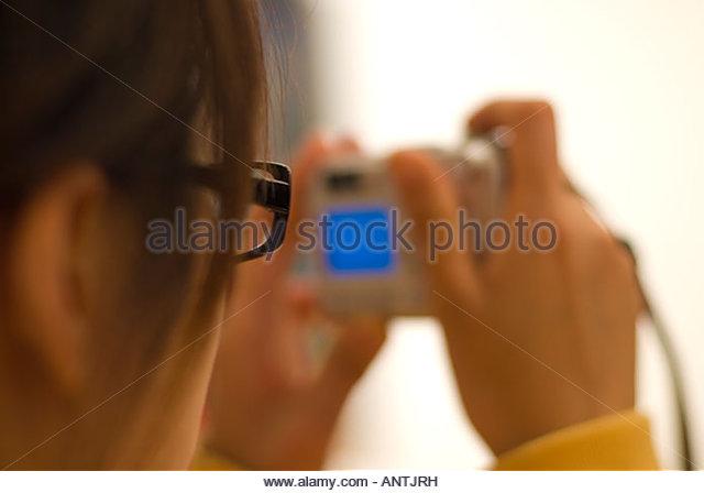 Eine junge Dame, die ein digitales Bild Stockbild