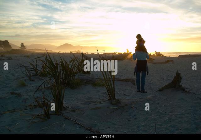 Wandern zwischen Strand Protokolle, Mutter mit Kind, Strand in der Nähe von Haast, Westküste, Südinsel, Stockbild