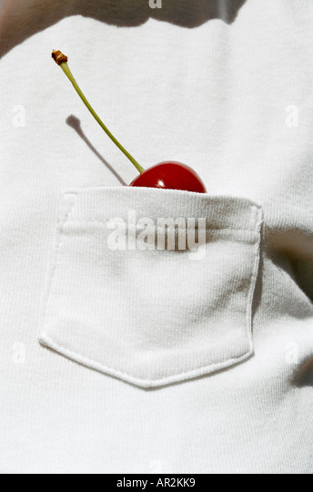 Mann mit einer Kirsche in seiner Hemdtasche Stockbild
