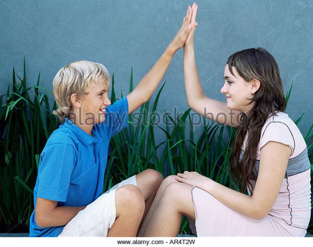 Jungen und Mädchen dabei hohe fünf Stockbild