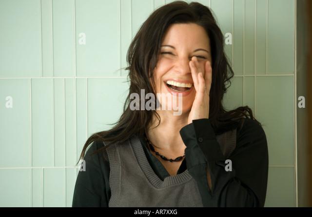Junge urbane Geschäftsfrau lachen. Stockbild