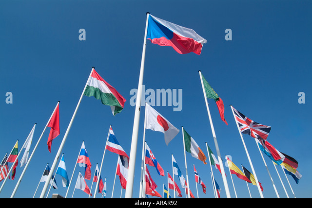 Internationale Fahnen vor blauem Himmel Stockbild