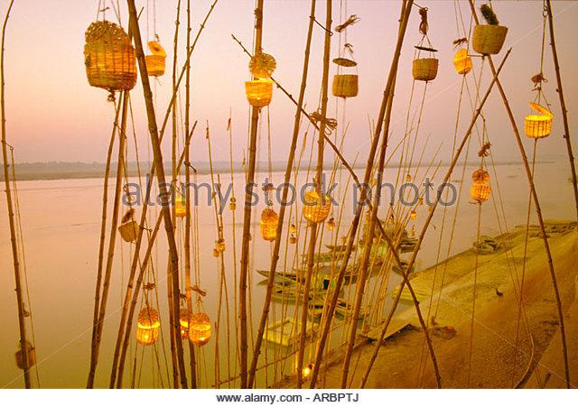 Akash Deep Puja, Himmel Laternenfest am Ufer Flusses Ganges (Ganga), Varanasi (Benares) Staat Uttar Pradesh, Indien Stockbild