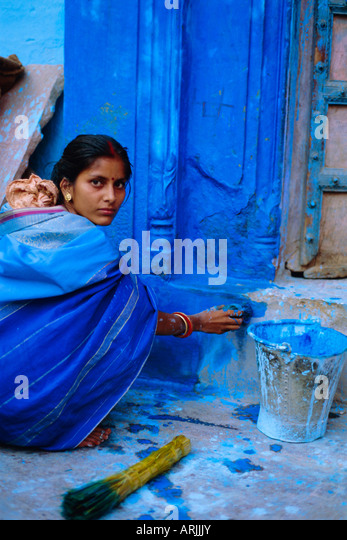 Frau malt ihr Haus, Jodhpur, Rajasthan, Indien Stockbild