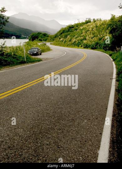 DHP101225 Die glatten Kurven zeigt weiße und gelbe Linien auf Straße von Juneau Alaska USA Stockbild