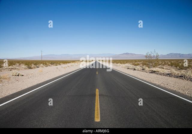 Leere Straße, Death Valley Nationalpark, Kalifornien, Vereinigte Staaten von Amerika, Nordamerika Stockbild