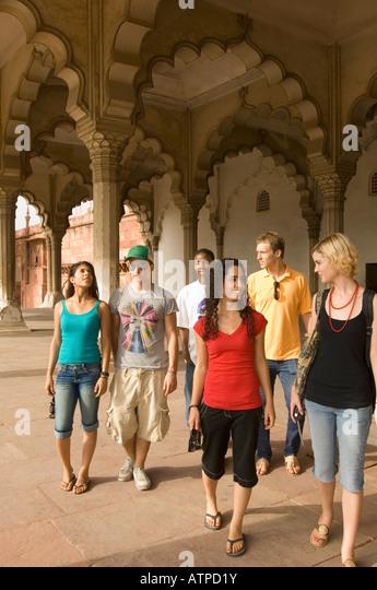 Drei junge Paare gehen zusammen in ein Mausoleum, Taj Mahal, Agra, Uttar Pradesh, Indien Stockbild