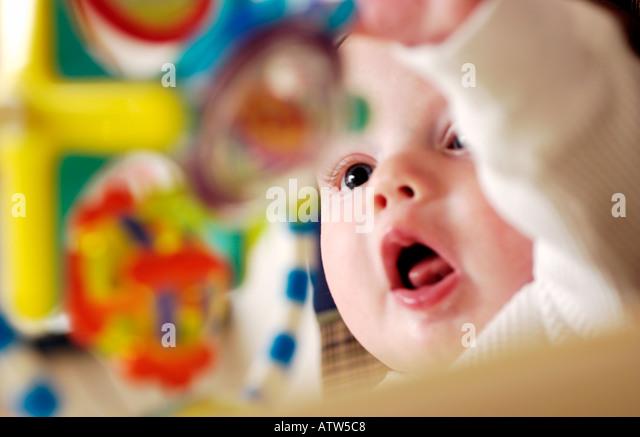 Baby spielt mit bunten Spielzeug Stockbild