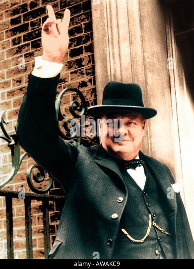 Der britische Premierminister WINSTON CHURCHILL (1874-1965) gibt seine V für Victory-Zeichen im April 1945 Stockbild