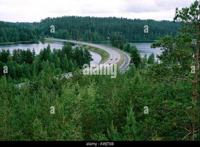 Schweden, Straße Kreuzung Fluß im Wald Stockbild