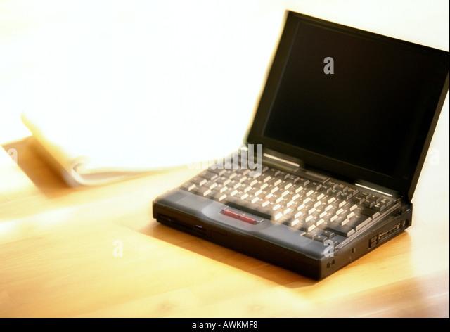Laptop-Computer auf Tisch, unscharf Stockbild