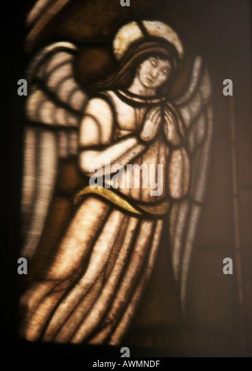 Engel in Glasmalerei, in voller Länge Stockbild