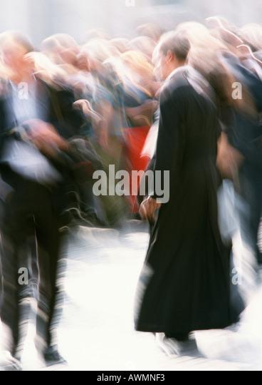 Priester zu Fuß in Menge vor, verschwommen Stockbild